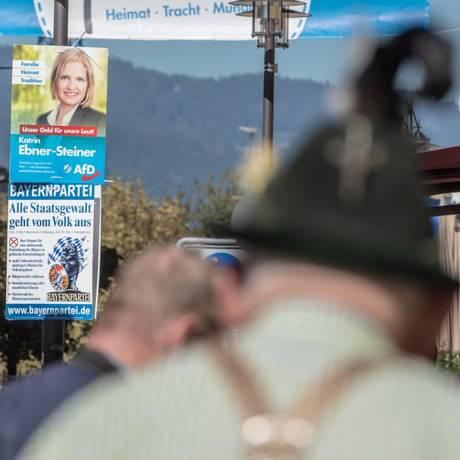 Em Deggendorf, cartaz mostra a candidata do partido Alternativa para a Alemanha (AfD), Katrin Ebner-Steiner Foto: ARMIN WEIGEL / AFP