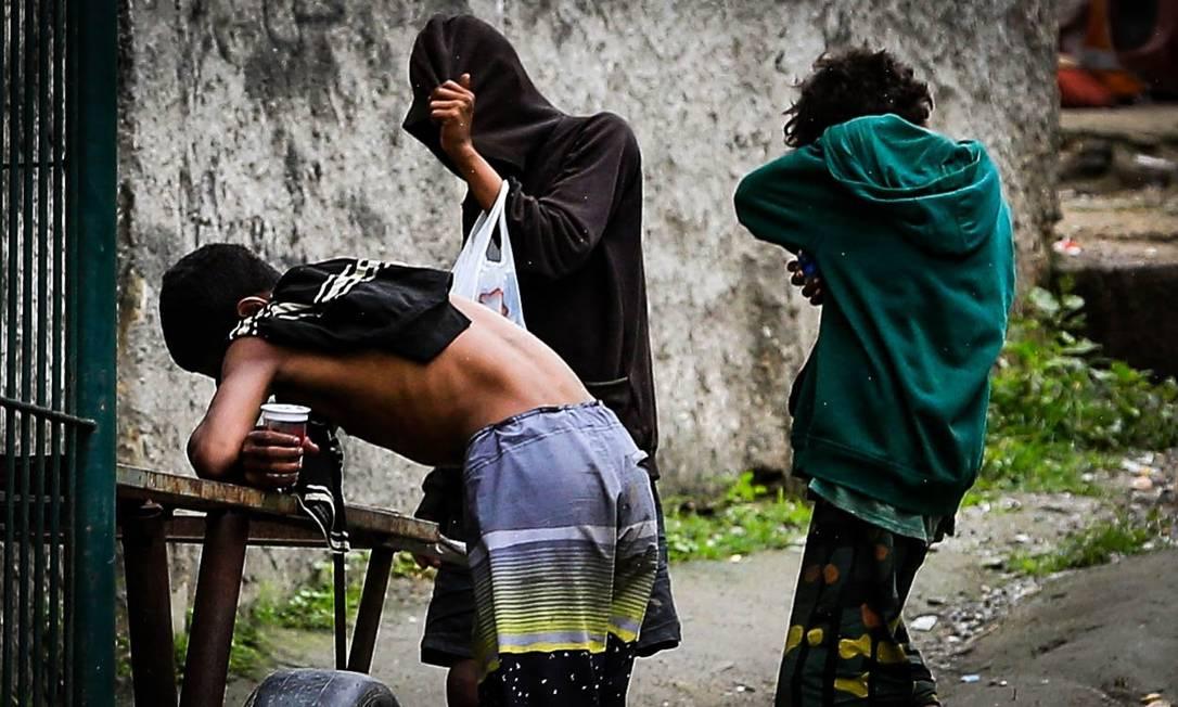 Menores consomem drogas na Rua Comandante. Miguelote Viana, em Icaraí Foto: Roberto Moreyra / Agência O Globo