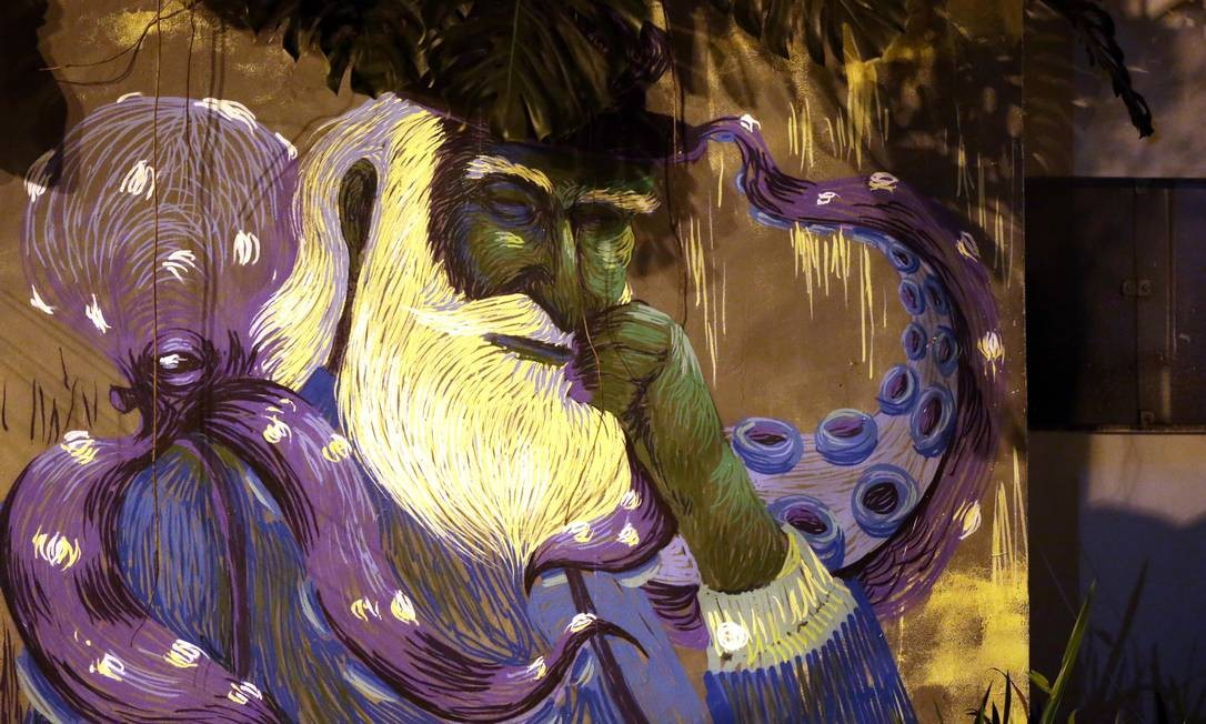 Os tentáculos da lula se confundem com a barda do senhor. Grafite no Campo de São Bento, em Icaraí. Foto: Márcio Alves / Agência O Globo Foto: Márcio Alves / Agência O Globo