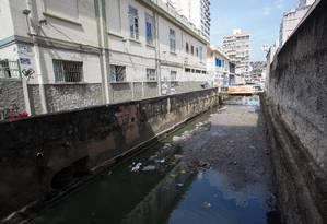 Sem escoamento: trecho do Rio Icaraí entre a Avenida Sete de Setembro e a Rua Mariz e Barros Foto: Emily Almeida / Agência O Globo