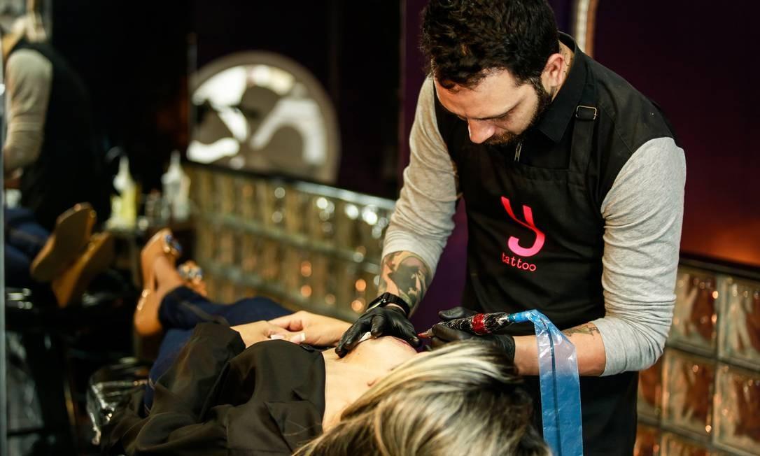 O Tatuador Yurgan Barret fará gratuitamente o redesenho de aréolas em mulheres que já fizeram a reconstrução mamária Foto: Brenno Carvalho / Agência O Globo