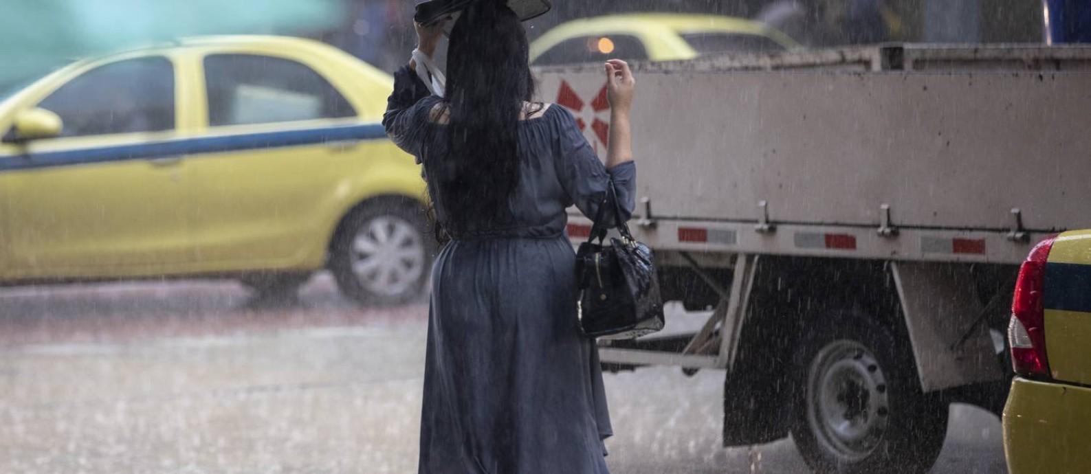 Chuva na cidade do Rio nesta quarta-feira Foto: Ana Branco / Agência O Globo - 10/10/2018