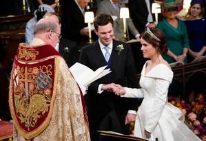 O reverendo David Conner realiza a cerimônia de casamento da princesa Eugenie e Jack Brooksbank Foto: DANNY LAWSON / AFP