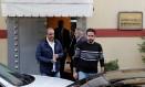 Funcionários deixam o consulado da Arábia Saudita em Istambul, na Turquia Foto: MURAD SEZER / REUTERS