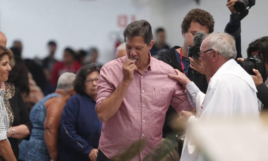 Fernando Haddad, candidato pelo PT à Presidência, participa de missa na região do Jardim Angela, em São Paulo Foto: Marcos Alves / Agência O Globo