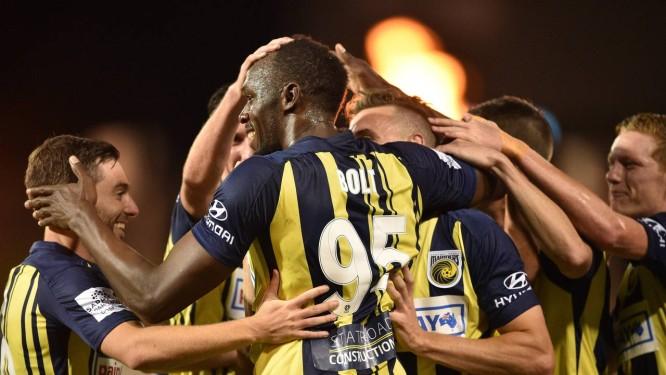Usain Bolt é festejado após marcar o primeiro gol em amistoso na Austrália Foto: PETER PARKS / PETER PARKS/AFP