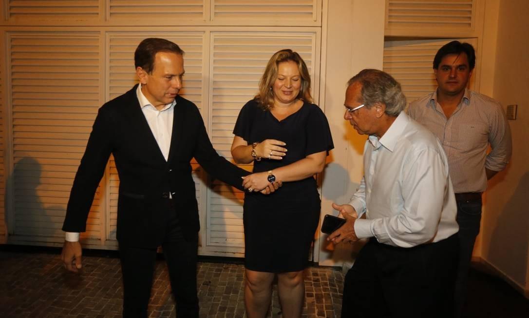 O candidato do PSDB ao governo de SP, João Doria, o economista Paulo Guedes e Joice Hasselmann na Zona Sul do Rio Foto: Domingos Peixoto / Agência O Globo