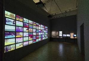 """Parte da exposição """"Videogames: Design/Play/Disrupt"""", painel ilustra alguns dos 18 quintilhões de planetas visitáveis no jogo """"No man's sky"""" Foto: Peter Kelleher / Divulgação"""