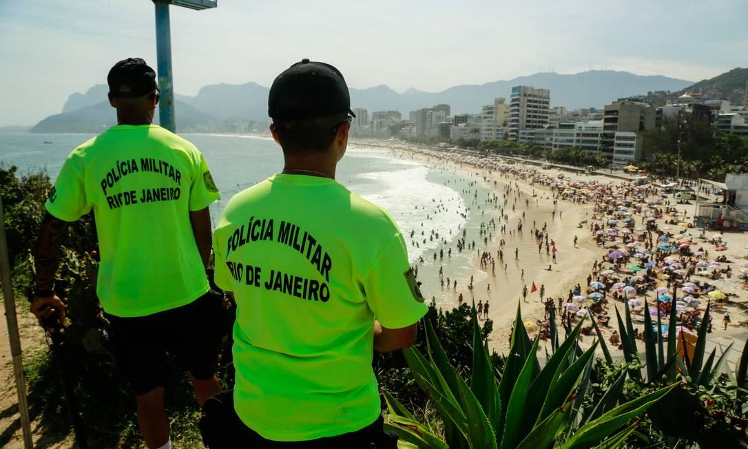 Agentes do grupamento de Policiamento de Áreas Turísticas (BPTur) reforçaram a segurança na Pedra do Arpoador Foto: Brenno Carvalho / Agência O Globo