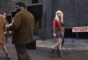 Simone Spoladore em 'Magnífica 70', série da HBO Foto: Dan Behr / Divulgação