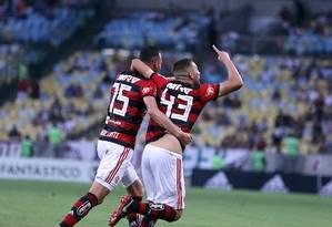 Léo Duarte e Réver comemoram o segundo gol do Flamengo sobre o Fluminense Foto: Lucas Tavares / Agência O Globo