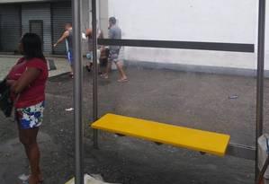 Placa de vidro foi reinstalada no abrigo do ponto de ônibus em Guadalupe Foto: Divulgação