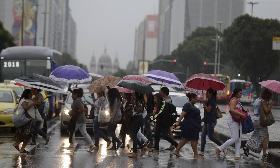 A prefeitura recomenda que a população permaneça ou procure um local seguro, evitando áreas sujeitas a alagamentos ou deslizamentos Foto: Marcelo Theobald / Agência O Globo