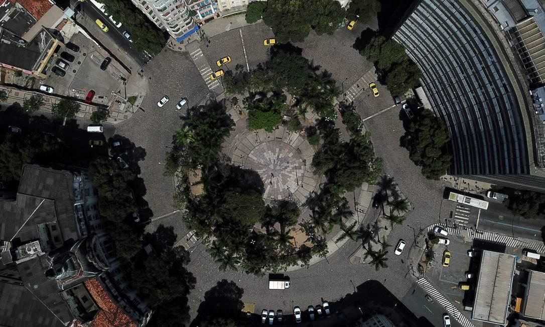 Com lâmpadas queimadas, canteiros maltratados e moradores de rua, a Praça da Cruz Vermelha, no Centro, preocupa pela falta de segurança Foto: Custódio Coimbra / Agência O Globo