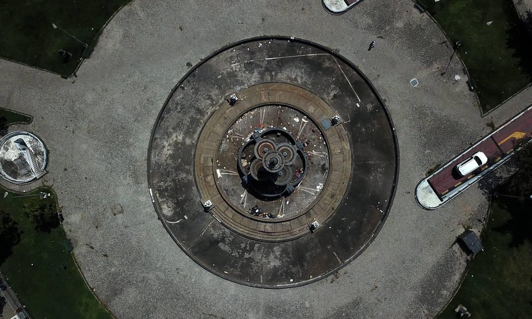 Praça do Monroe, na Cinelândia, tem chafariz sem água, mas com lixo Custódio Coimbra / Agência O Globo