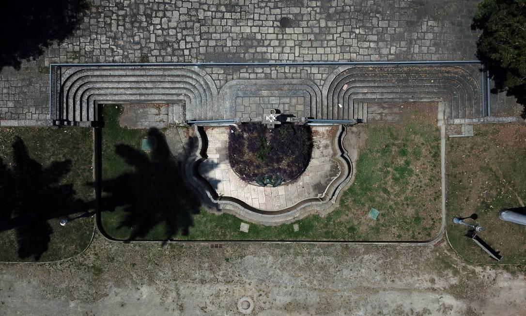 Passeio Público tem gramado e chafariz em estado de má conservação Foto: Custódio Coimbra / Agência O Globo