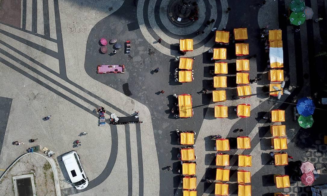 Camelôs ocupam o Largo da Carioca com barracas Foto: Custódio Coimbra / Agência O Globo