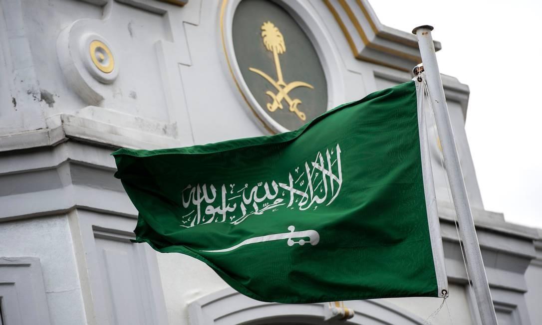 Bandeira da Arábia Saudita em frente ao consulado do país em Istambul, na Turquia Foto: YASIN AKGUL / AFP