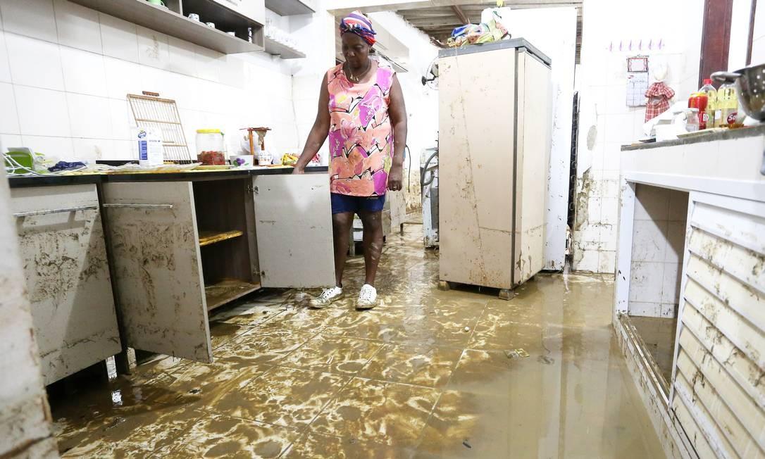 Moradores de Nova Iguaçu contabilizam os prejuízos após um novo rompimento da tubulação Foto: Guilherme Pinto / Agência O Globo