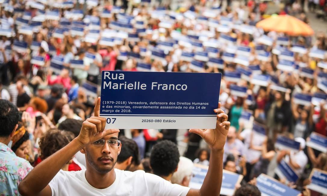 Por ela. Depois de pegarem as placas, as pessoas formaram um mosaico humano, que formava o nome de Marielle Foto: Agência O Globo / Barbara Lopes