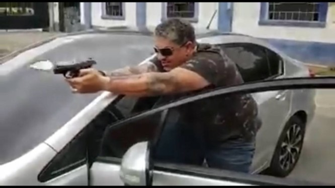 Em vídeo divulgado no grupo, homem atira em assaltante que usa camiseta vermelha e grita 'Bolsonaro neles' Foto: Reprodução/Whatsapp