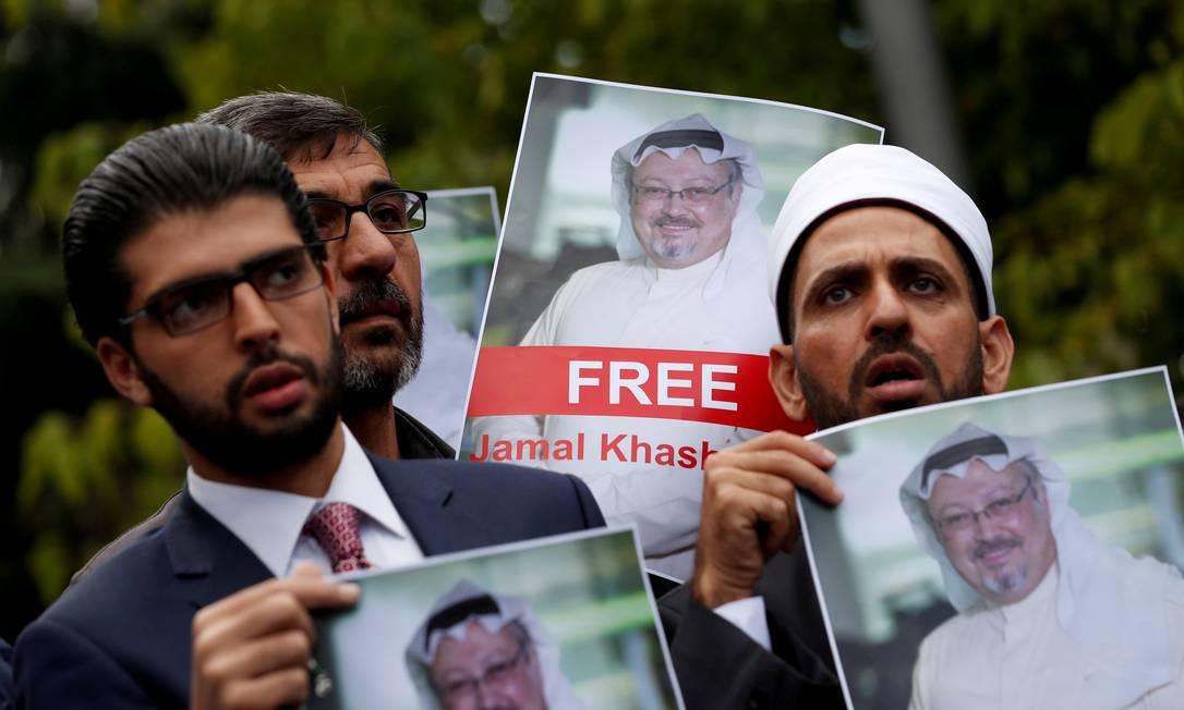 Ativistas e amigos de Khashoggi exibem fotos do jornalista desaparecido diante do consulado saudita em Istambul Foto: Murad Sezer / REUTERS