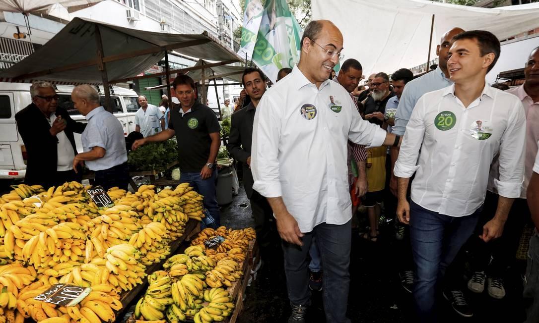 Wilson Witzel caminha em feira livre da Tijuca ao lado de Pedro Fernandes Foto: Marcos Ramos / Agência O Globo