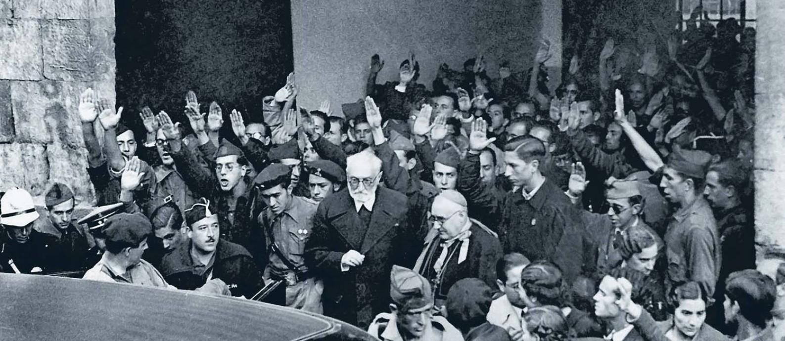 Miguel de Unamuno, com barba, saindo da Universidade de Salamanca depois do enfrentamento com o general Millán-Astray, em 12 de outubro de 1936 Foto: EFE/EFEVISUAL