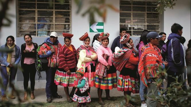 Peruanos na fila de votação em Cusco, nas eleições regionais do último domingo. As oligarquias políticas saíram derrotadas Foto: Janine Costa / Reuters