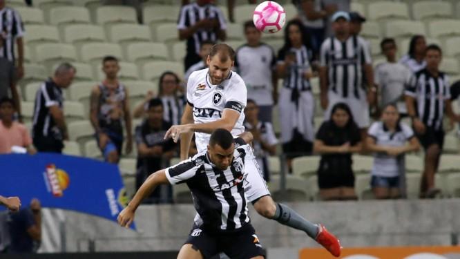 Carli disputa a bola no alto no empate entre Ceará e Botafogo Foto: LC Moreira / Parceiro / Agência O Globo / Agência O Globo