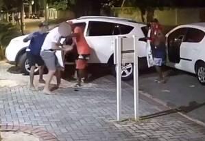 Bandidos rendem motorista Foto: Reprodução