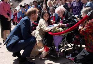 Príncipe Harry e Meghan Markle cumprimentam a viúva de um combatente de guerra Daphne Dunne, de 98 anos Foto: Paul Edwards/POOL / REUTERS