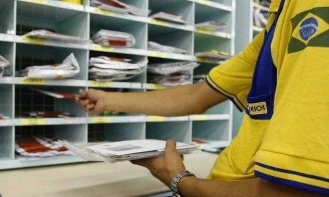 Funcionário dos Correios faz triagem da correspondência Foto: Arquivo- Agência O Globo