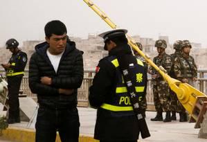 Policiais patrulham ruas na região de Xinjiang: região é considerada como foco de extremismo religioso por governo chinês Foto: Thomas Peter / REUTERS