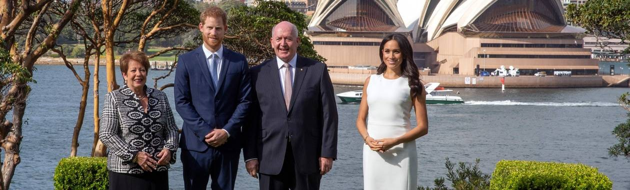 Com Ópera de Sydney ao fundo, Príncipe Harry e sua esposa, Meghan Markle, posam ao lado governador-geral da Austrália, Peter Cosgrove, e sua mulher, Lynne Cosgrov Foto: STEVE CHRISTO / AFP