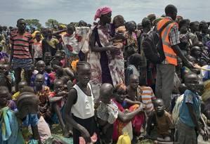 Foto de junho de 2017 mostra homens, mulheres e crianças em fila para receberem alimentos no Sudão do Sul Foto: Sam Mednick / AP