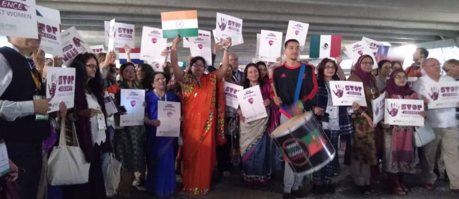Médicos protestam com cartazes que destacam a necessidade do fim da violência contra a mulher Foto: Divulgação?FIGO