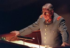 O ditador Augusto Pinochet, em foto de 21 de agosto de 1997, em Santiago, no Chile: prisão do general abriu precendentes históricos Foto: Martin Thomas