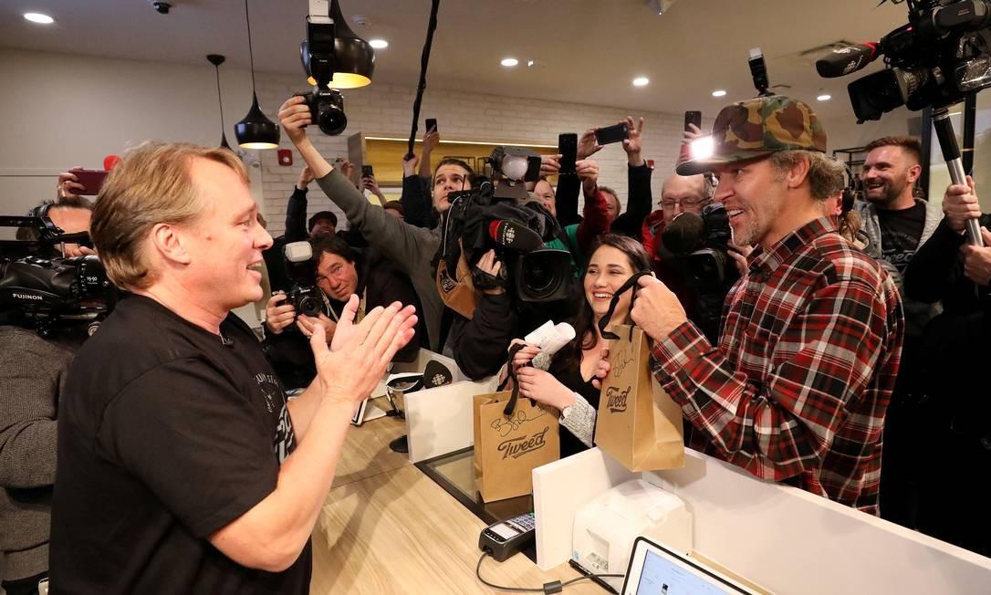O empresário canadense Bruce Linton aplaude após fazer sua primeira venda de maconha recreativa Foto: CHRIS WATTIE / REUTERS