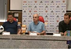 Spindel (E), Bandeira de Mello e Lomba (D) na entrevista coletiva Foto: Reprodução/FlaTV