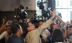 Jair Bolsonaro cumprimenta apoiadores após visita à Polícia Federal no Rio Foto: RICARDO MORAES / REUTERS