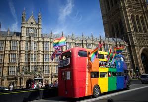 Pessoas LGBT+ fazem manifestação em frente ao Parlamento de Londres em prol do casamento entre pessoas do mesmo sexo Foto: ANDREW COWIE / AFP