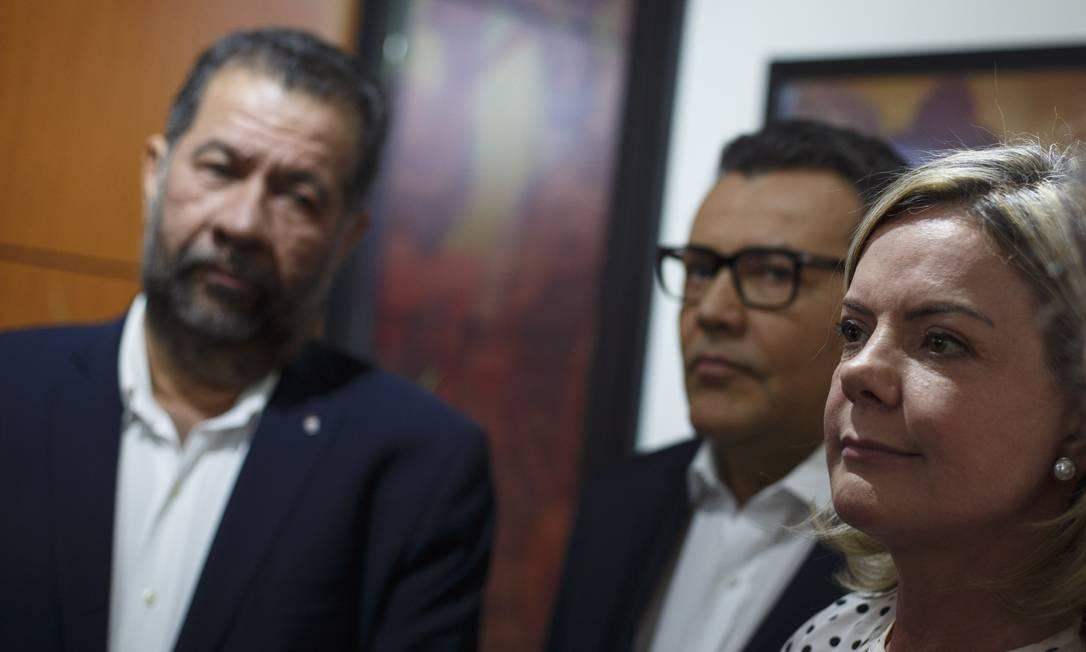 A presidente do PT, Gleisi Hoffmann, ao lado dos presidentes do PDT (Carlos Lupi) e PSB (Carlos Siqueira) Foto: Daniel Marenco/Agência O Globo/31-07-2018