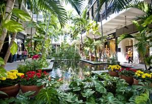 Os belos jardins do Bal Harbour Shops, centro comercial de luxo que está em expansão Foto: Doug Castanedo / Divulgação