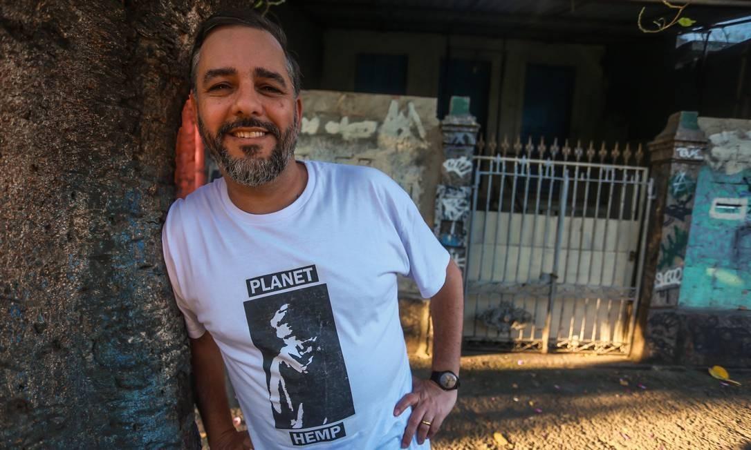 O escritor Pedro de Luna em frente ao extinto Garage, fechado em 2001: um ano e meio pesquisando o Planet Hemp Foto: Marcelo Régua / Agência O Globo