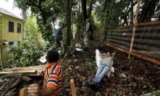 Agentes da polícia ambiental interrompem derrubada de árvores na Gávea. Na foto, funcionários contratados aguardam orientações durante a interdição. Foto: Custódio Coimbra / Agência O Globo