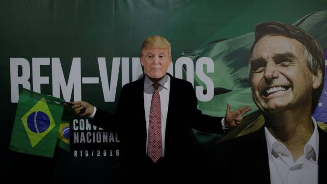 Um apoiador de Bolsonaro usa máscara do presidente americano Donald Trump antes da convenção nacional do partido PSL Foto: Ricardo Moraes / REUTERS