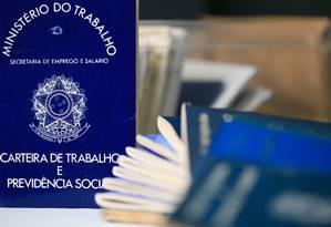 Carteiras de trabalho Foto: Roberto Moreyra / Agência O Globo