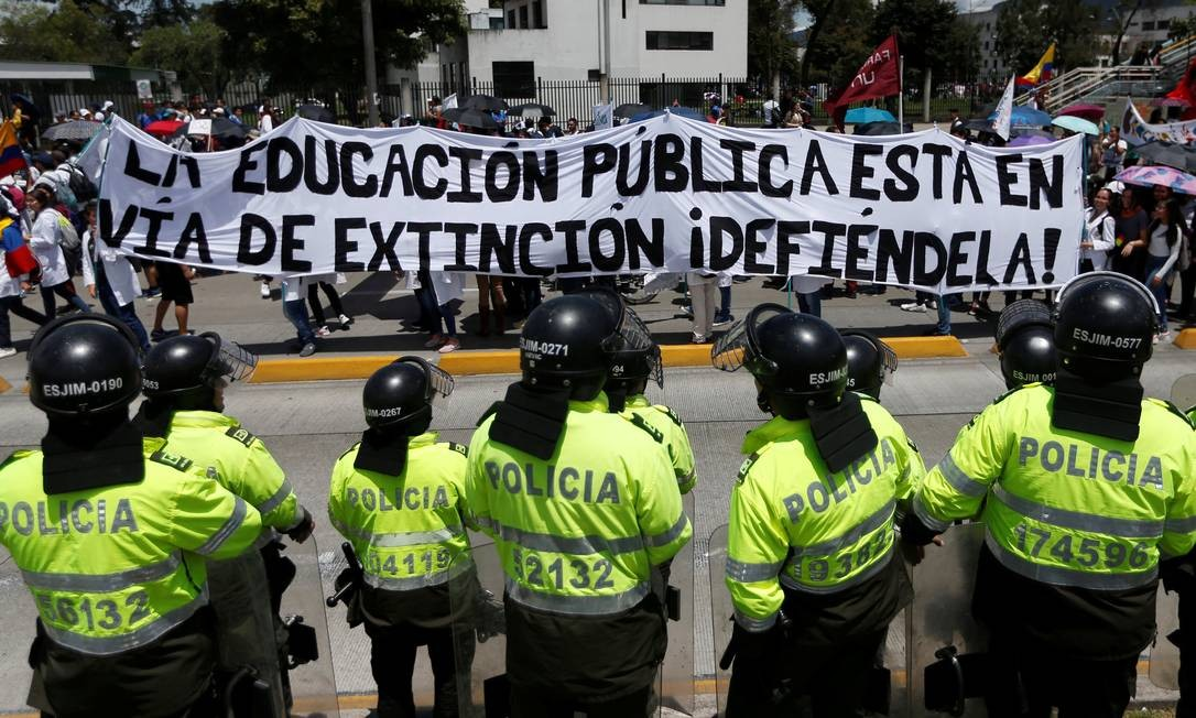 Cartaz levado às ruas de Bogotá nesta quarta-feira, dia 17, diz