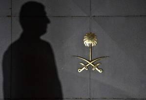 Autoridades turcas fazem vistoria próximo de consulado saudita em Istambul, onde jornalista Jamal Kashoggi desapareceu Foto: OZAN KOSE / AFP